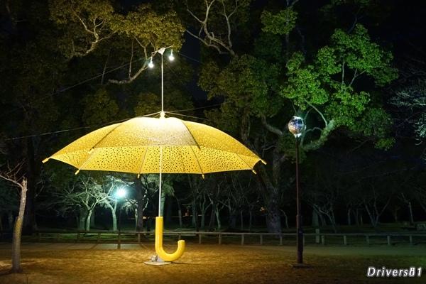 夜の公園に黄色い傘