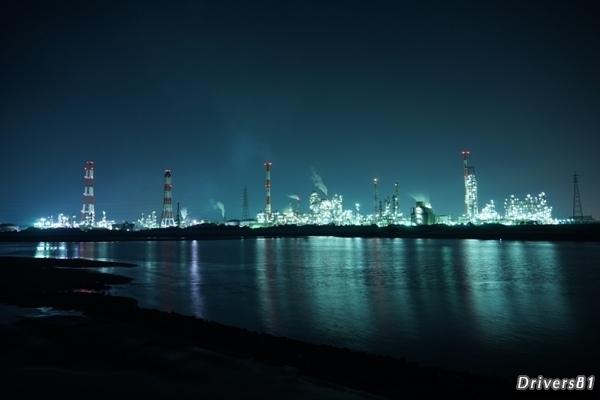 対岸に浮かぶ工場夜景が幻想的。四日市工場夜景