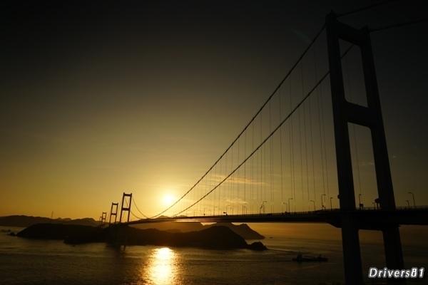 連続する橋と島々の合間から昇る朝陽