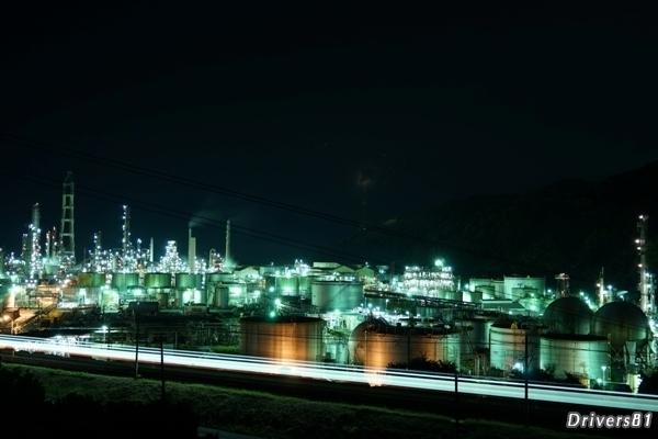 工場夜景撮影中に電車が通過