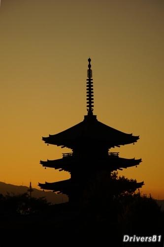 夕焼け空に寺シルエット