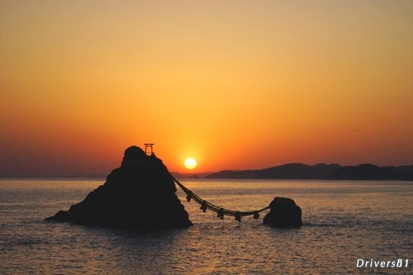 夫婦岩で日の出を拝む