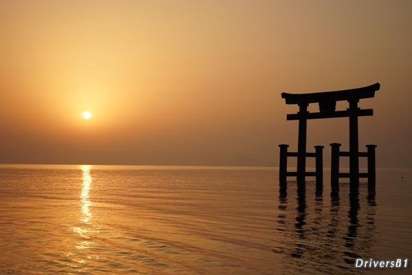 水に沈む鳥居と水から昇る太陽